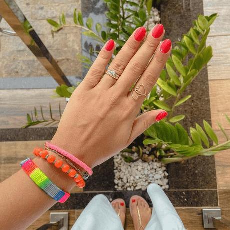 00045884-kit-pulseira-tie-dye-micanga-laranja-pingente-concha-prata-pingente-conchinha